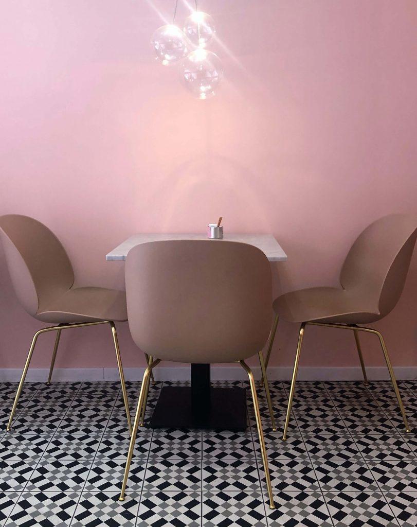 sedie e pareti rosa