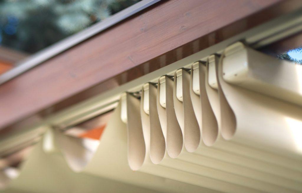 dettaglio della tenda a impacchettamento della pergola in legno